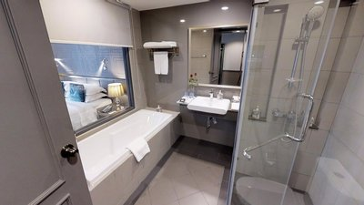 deluxe-room-bathroom.jpg